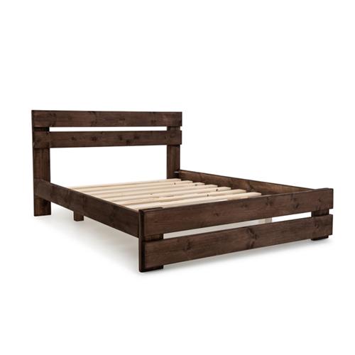 מיטה זוגית מעוצבת בסגנון כפרי עם מזרון אורטופדי