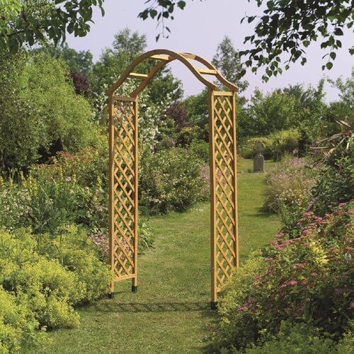 קשת עץ מעוצבת לתמיכת צמחים מטפסים ועיצוב הגינה