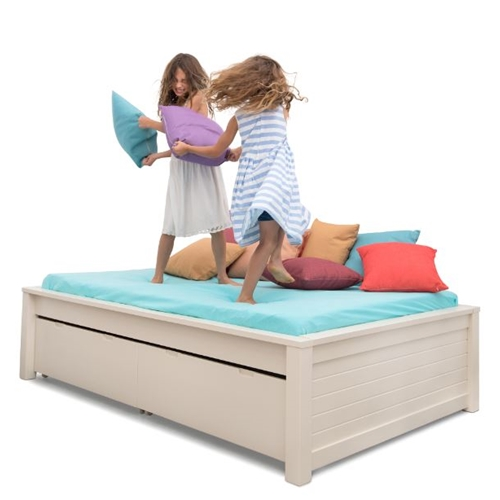 מיטת במה מעוטרת ומעוצבת ברוחב וחצי