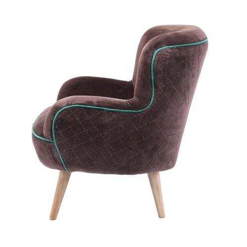 כורסת ישיבה מעוצבת בעלת מושב מרווח ומרופד ביתילי