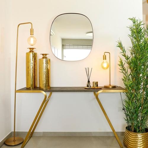 מנורת עמידה מעוצבת בסגנון תעשייתי ביתילי