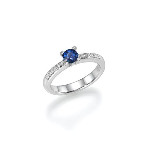 טבעת יהלומים משובצת אבן ספיר במרכז