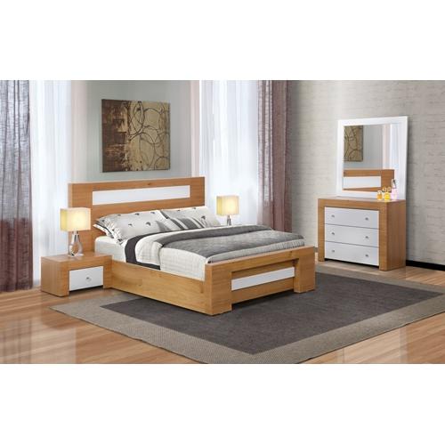 חדר שינה זוגי כולל מיטה זוגית וזוג שידות וקומודה