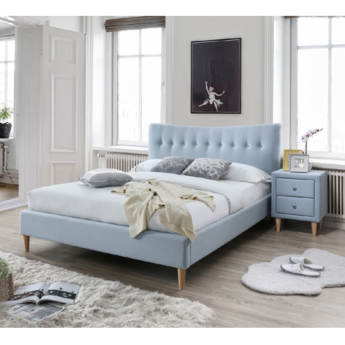 מיטה זוגית מרופדת בד גוון כחול בהיר עם שידת לילה