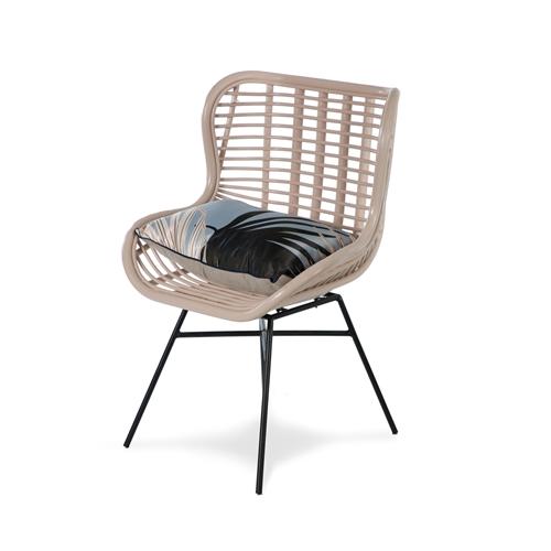 כורסא מעוצבת במראה כפרי עשויה ראטן וורוד ביתילי