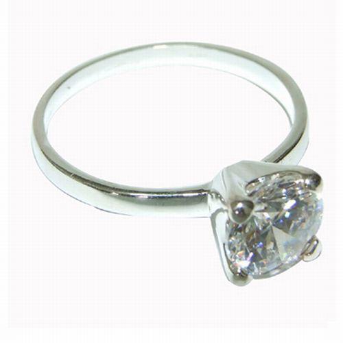 טבעת כסף סטרלינג בשיבוץ אבן דמוית יהלום.